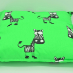 grünes Kissen liegend