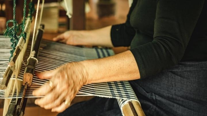 echte Handarbeit weben auf einem alten Holzwebrahmen