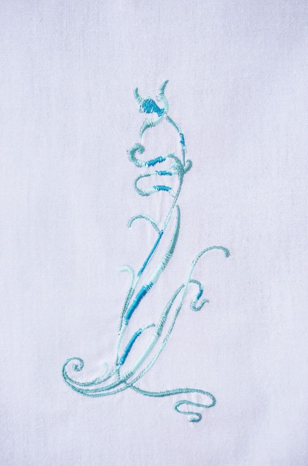 Gardine mit Blütenhalm
